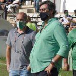 Javier González Calvo y Juan Sabas en los prolegómenos del partido en Torremolinos, con Pepillo al fondo, uno de los pocos supervivientes a la anterior maldita etapa blanquiverde.