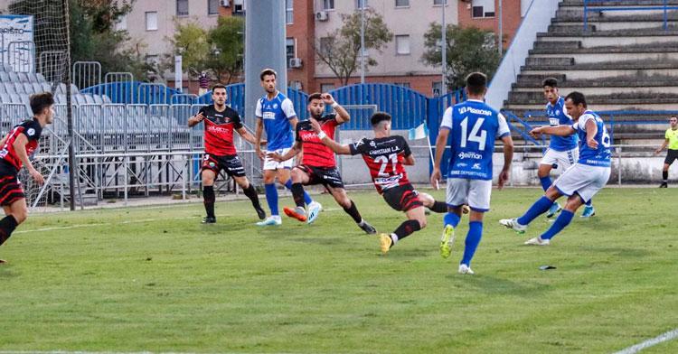 Un jugador del Xerez Deportivo remata a puerta durante la primera mitad del encuentro. Foto: Xerez Deportivo