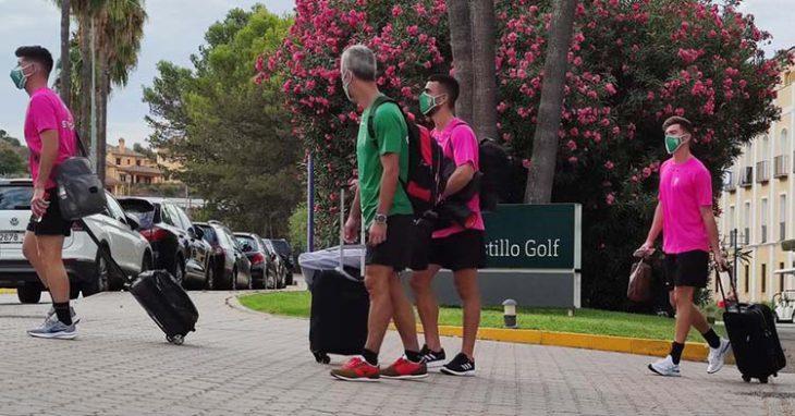 Varios jugadores del Córdoba junto al doctor Bretones sale del Hotel Barcelo Montecastillo para montarse en ella autocar y regresar a Córdoba.