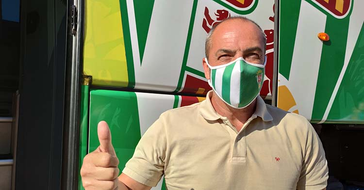 Juan Sabas mostrando su pulgar antes de partir hacia Jerez.