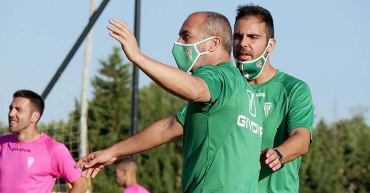 Sabas dando instrucciones en Montecastillo con su preparador físico, Rubén Betanzos, a la par y Carlos Valverde al fondo.