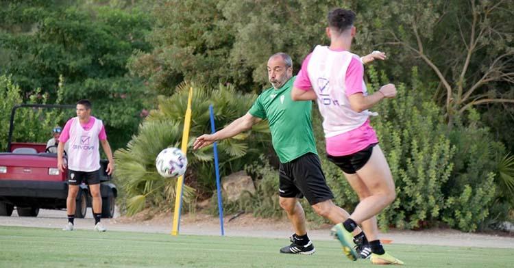 Sabas busca el balón ante Javi Flores en Montecastillo.