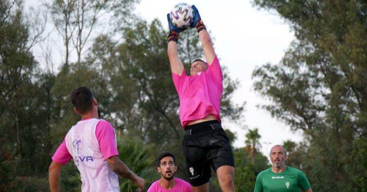 Juan Sabas observa el salto de Edu Frías para atrapar el balón ante Iván Navarro.