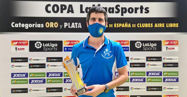 El momento de la recogida del trofeo de subcampeón por parte ucentina. Foto: Surco Lucena
