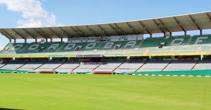 La tribuna de El Arcángel con el nuevo césped sembrado de cara al inicio liguero.