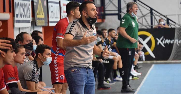 El duelo cordobés de los banquillos de la Asobal. Víctor Montesinos, en primer término, contra Paco Bustos.