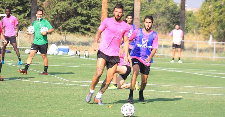 Xavi Molina busca el balón ante Fran Núñez en la vuelta a los entrenamientos de la plantilla a la Ciudad Deportiva.