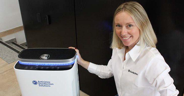 Andrea Romera junto al Air-Purifier que mantien el aire purificado constantemente.