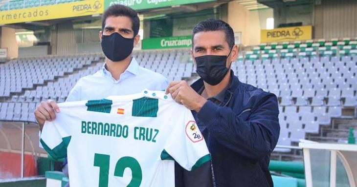 Bernardo Cruz mostrando su nueva elástica blanquiverde junto a Juanito.