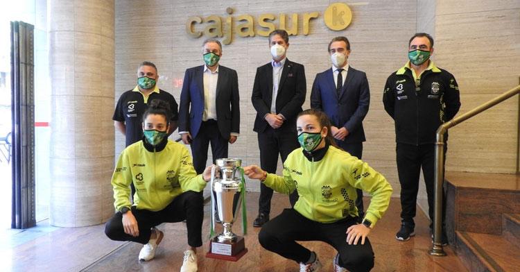 Lihuén e Inma Sojo con la Copa de Andalucía y representantes del club y de la Fundación Cajasur