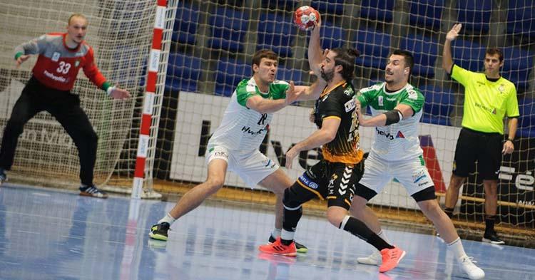 Juan Castro cerrado por dos jugadores del Helvetia Anaitasuna.
