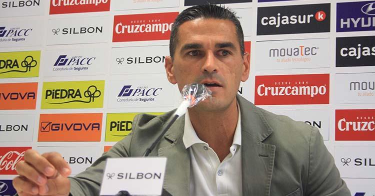 Juanito aclarando en sala de prensa el caso Iván Robles tras la rescisión de su contrato.