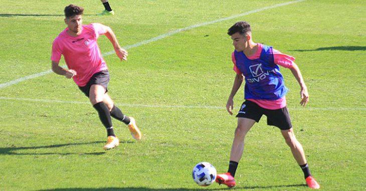 Luismi avanza con el balón ante la llegada de Javi Flores.
