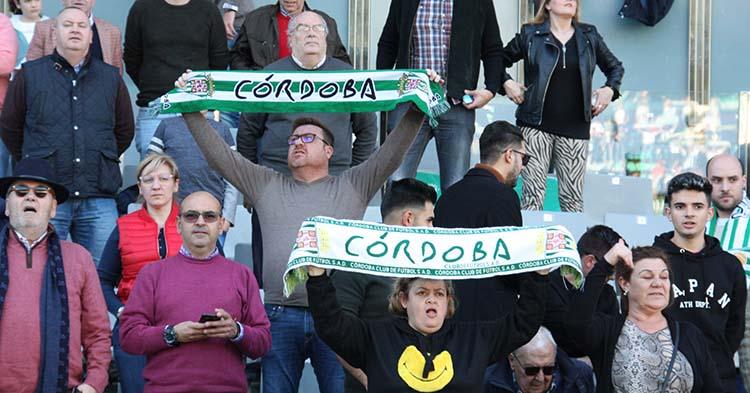 Varios aficionados del Córdoba CF luciendo sus bufandas