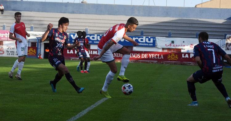Una jugada de Alain Oyarzun en el Yeclano-Córdoba del domingo. Foto: CCF