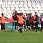 Los jugadores del Salerm Puente Genil celebrando su triunfo en el césped. Autor: Javier Olivar