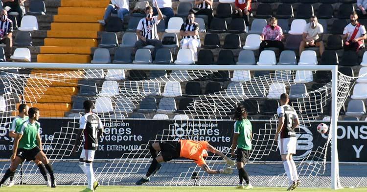 Becerra ve entrar el balón en el tiro de David Concha. Foto: CCF
