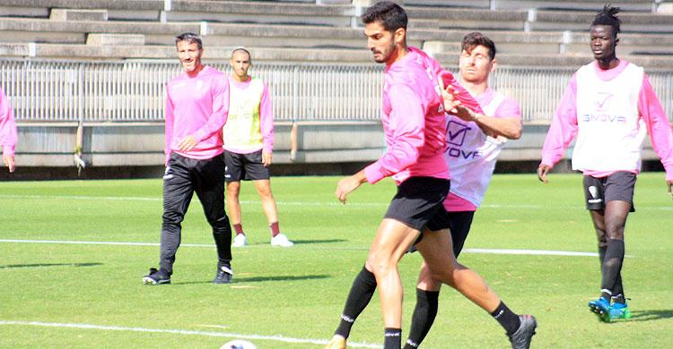 Javi Flores pelea un balón junto a Bernardo Cruz, con Piovaccari y Djetei al fondo.