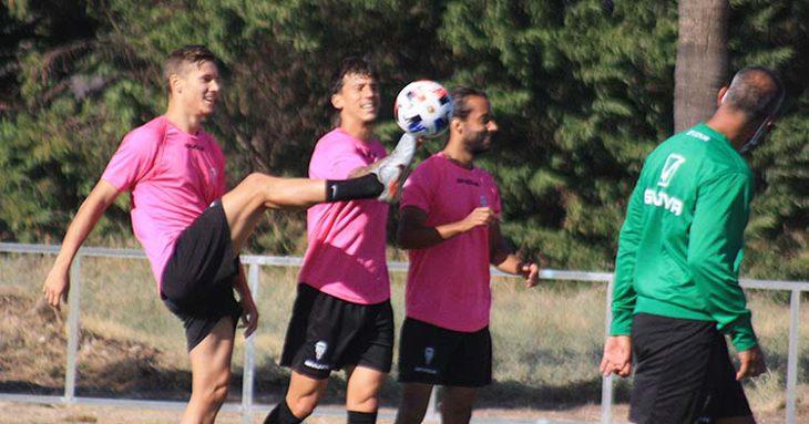 Berto Espeso se gusta ante Manu Farrando y Mario Ortiz con el balón.