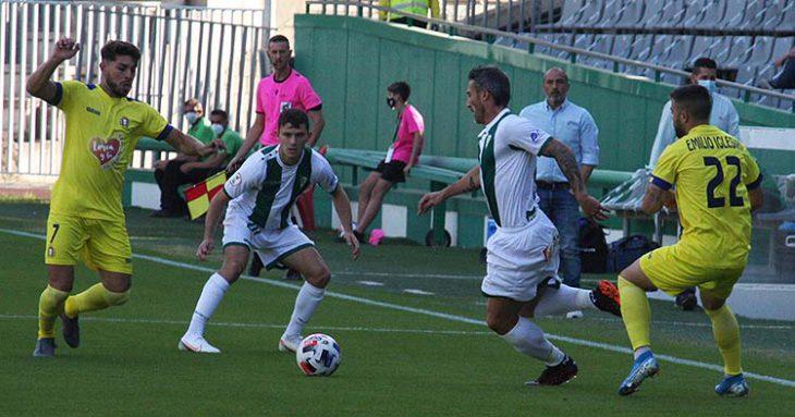 Piovaccari llega al balón que protege Berto Espeso ante un jugador del Lorca.