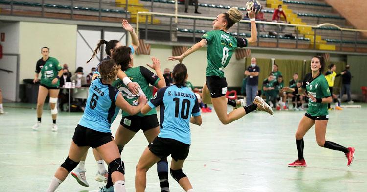 Camila Bonazzola intentando un lanzamiento en suspensión. Foto: Fran Pérez / Balonmano Adesal