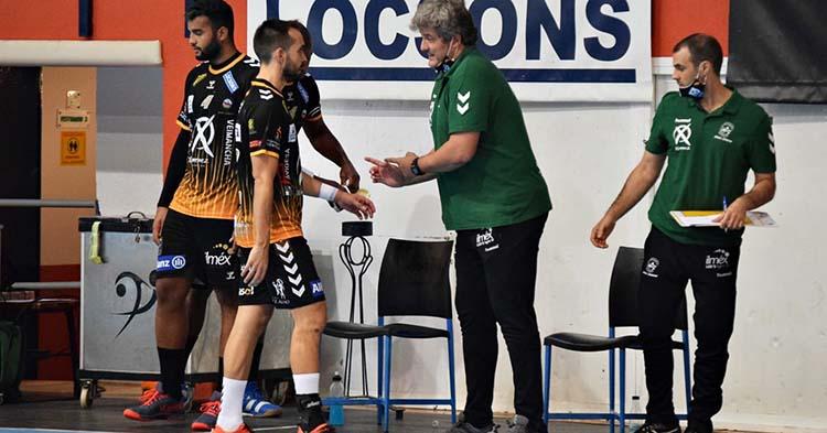Paco Bustos dando instrucciones a Cuenca en el último partido ante Puerto Sagunto, con Miguel Ángel Moriana a sus espaldas.