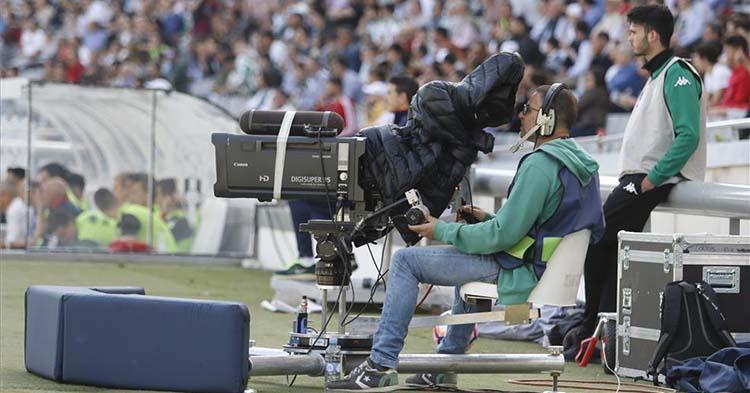 Un cámara de televisión en El Arcángel de la etapa en Segunda A con una buena entrada de público en El Arcángel
