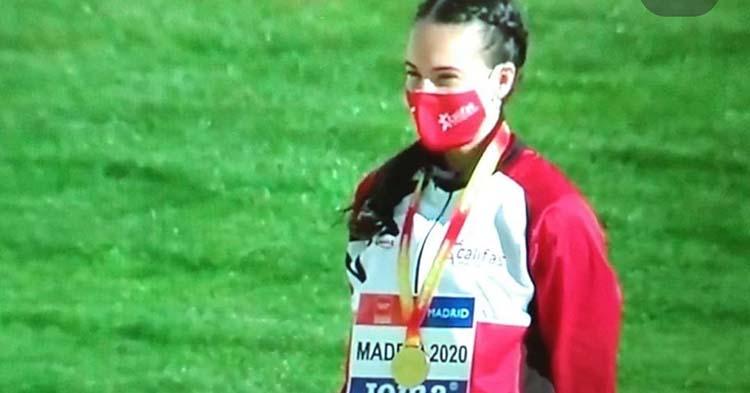 Radiante. Carmen Avilés luciendo su oro sub-20 en el podio de Madrid.