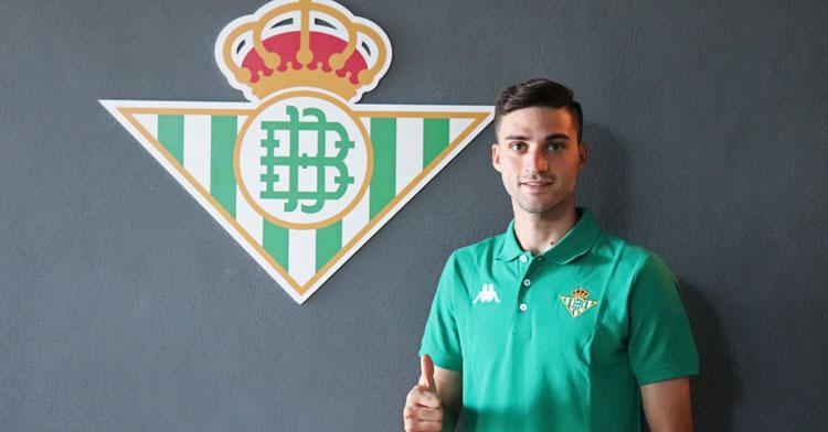 David Carmona posando junto a su nuevo escudo. Foto: Real Betis Cantera