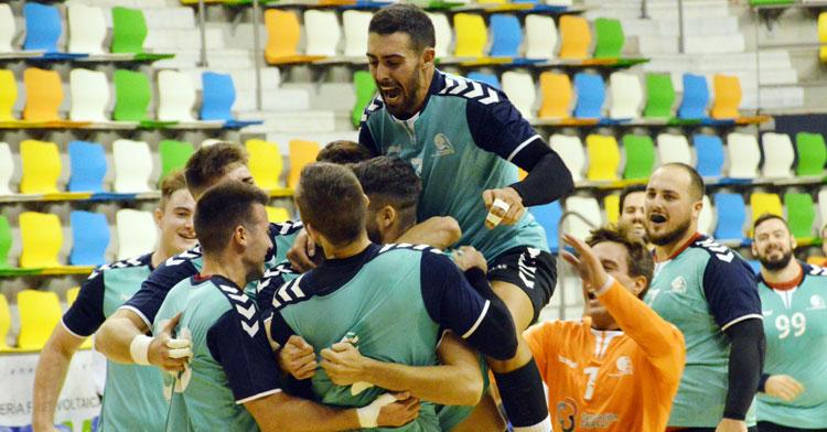 La alegría desbordada en el Cajasur tras el gol de la victoria. Foto: CBM