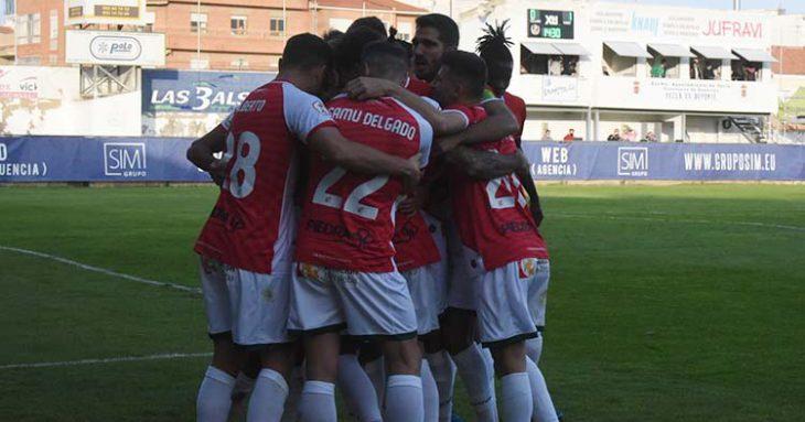 Los jugadores del Córdoba CF forman un piña tras el tercer y definitivo tanto de Willy.