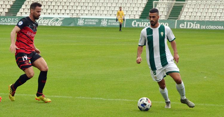 Moyano controla la pelota frente a Manolo Cano. Autor: Javier Olivar
