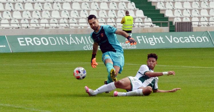 Felipe Veloso inquietó con su presión al meta Álvaro García. Autor: Javier Olivar