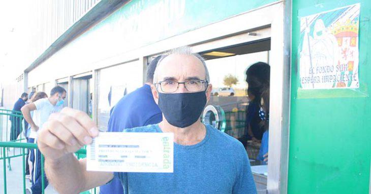 Uno de los muchos cordobesistas que recogieron su entrada desde el martes y que ahora tendrá que esperar al sorteo.