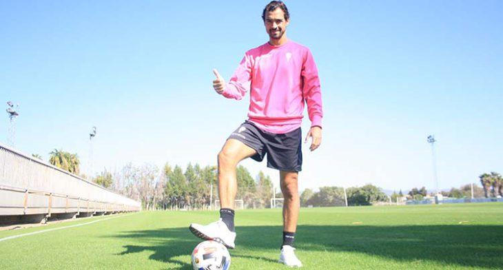Miguel de las Cuevas muestra su pulgar a la para que pisa el balón.