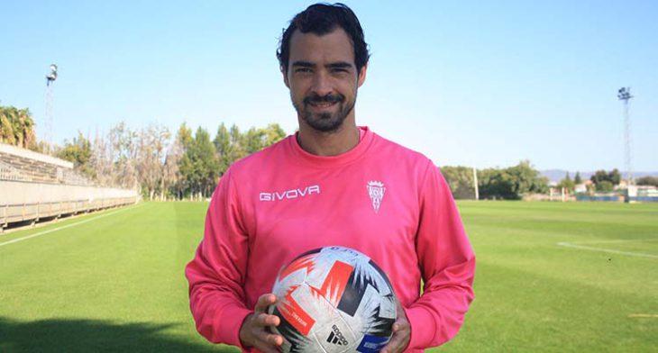 Miguel de las Cuevas posando con el balón para las cámaras de Cordobadeporte.com
