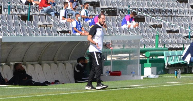 Diego Caro, entrenador del Salerm Puente Genil, en el partido de El Arcángel. Autor: Javier Olivar