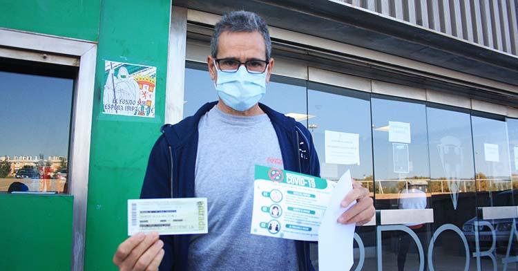 Un veterano cordobesista tras recoger su entrada para el partido del Lorca, del que aún se desconoce el aforo permitido.