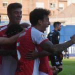 Manu Farrando celebrando junto a Alberto del Moral el gol de Mario Ortiz.