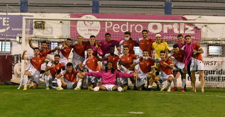 Los jugadores del Córdoba posan en una portería de La Constitución tras la victoria. Foto: CCF
