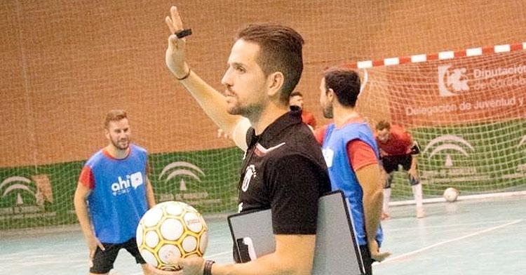 El entrenador del Bujalance realiza indicaciones en un entrenamiento. Foto cedida por Fermín Hidalgo