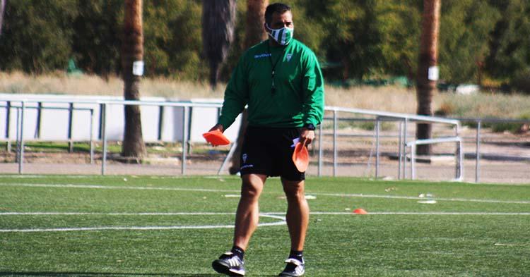 El técnico del filial Germán Crespo colocando varios conos sobre uno de los campos de entrenamiento de la Ciudad Deportiva.
