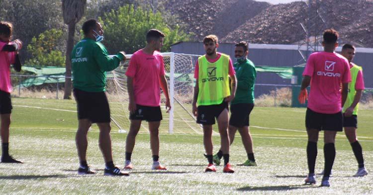 Germán Crespo dirigiéndose ayer a los doce jugadores de campo como los que contaba a principios de esta semana.