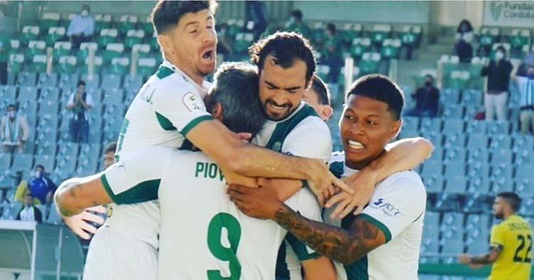 Darren Sidoel, Miguel de las Cuevas y Javi Flores se abrazan a Piovaccari tras su gol que daría el triunfo ante el Lorca.