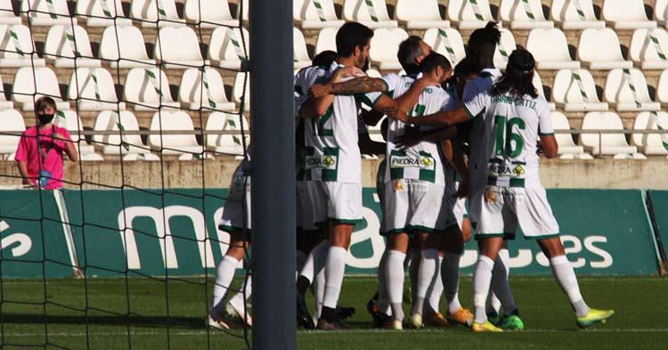 Los jugadores del Córdoba celebrando el gol de Piovaccari.
