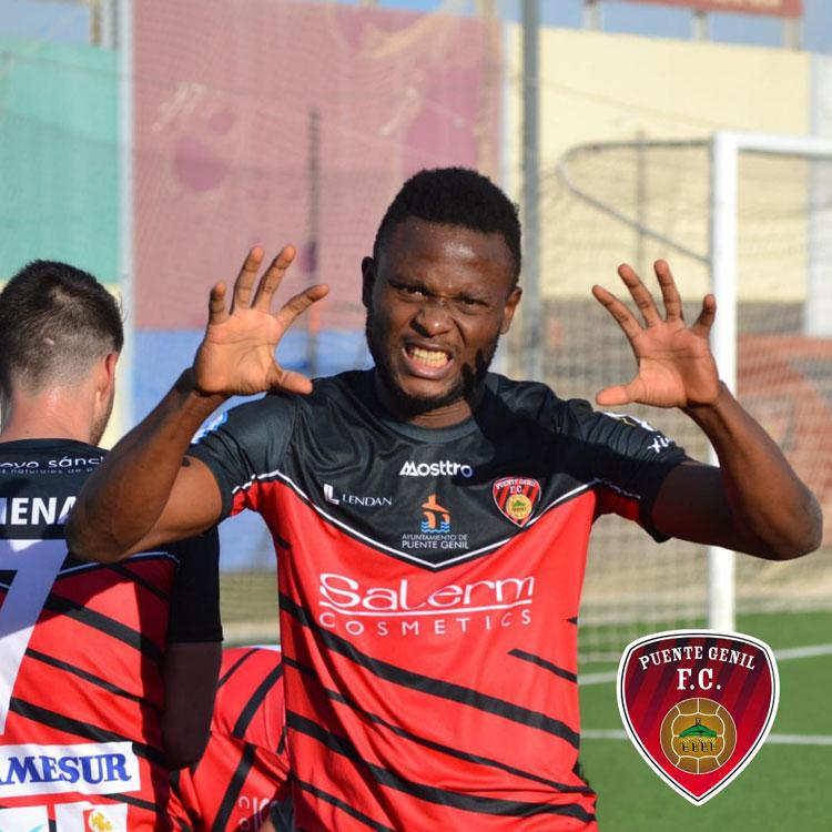 La fiera celebración del primer gol de Chenkam. Foto: Tino Navas / Salerm Puente Genil