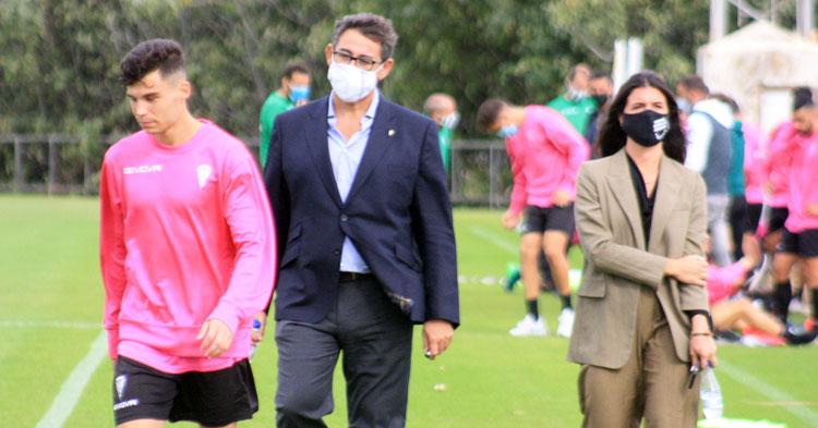 Javier González Calvo, con Luismi por delante, a la conclusión del entrenamiento del Córdoba en la Ciudad Deportiva.