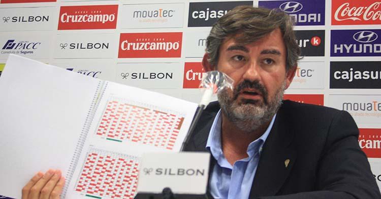 Javier González Calvo mostrando el protocolo de más de 100 folios presentado hoy a Sanidad.