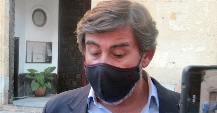 Javier González Calvo atendiendo a los medios en la entrada de la Parroquia de San Rafael.