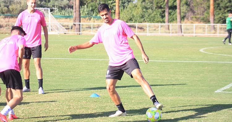 Iván Navarro pisa el balón durante el rondo en la vuelta a los entrenamientos de este lunes con la esperanza de quedarse en el Córdoba.